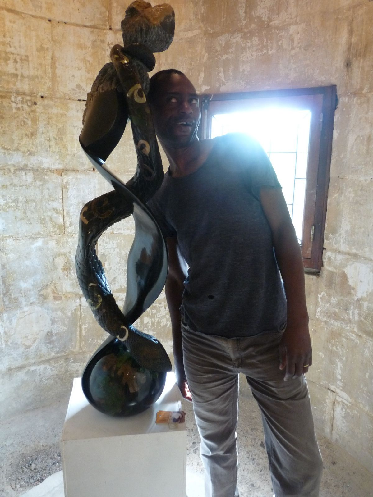 Rickson ZAVARE auprès d'une de ses sculptures au Château d'Excideuil