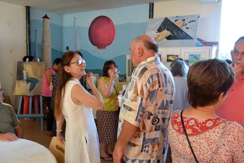 Geneviève Serra à gauche  première photo présente les travaux de ses élèves au sein de son atelier de peinture