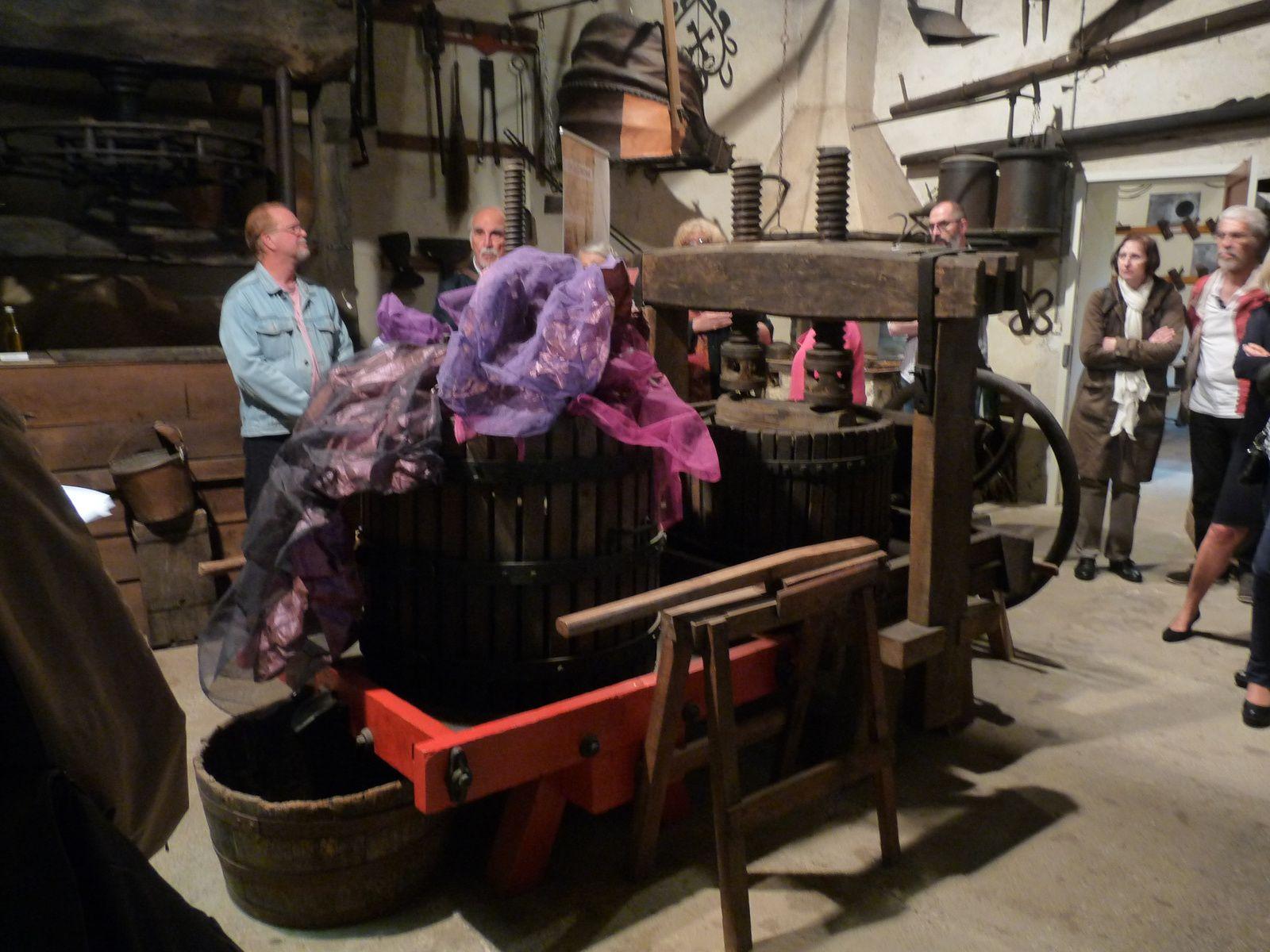 """Dans la grange, """"le laboratoire"""" où était notamment pressé le raisin pour faire le vin."""