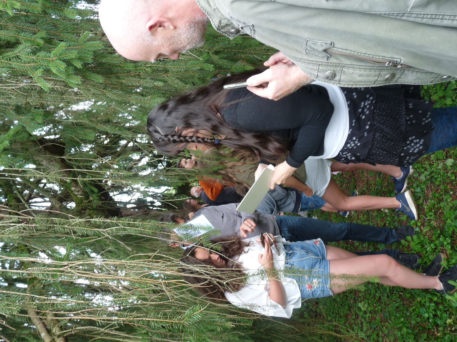 Christelle Mas a entraîné le public dans le parc dans lequel elle avait suspendu des flash codes qui livrent les photographies de l'artiste pour peu que l'on utilise un téléphone portable ou une tablette numérique.
