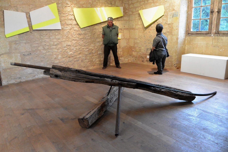 """La poutre et ses papiers pliés, et deux autres installations, La troisième s'intitule """"Ma crucifixion""""."""
