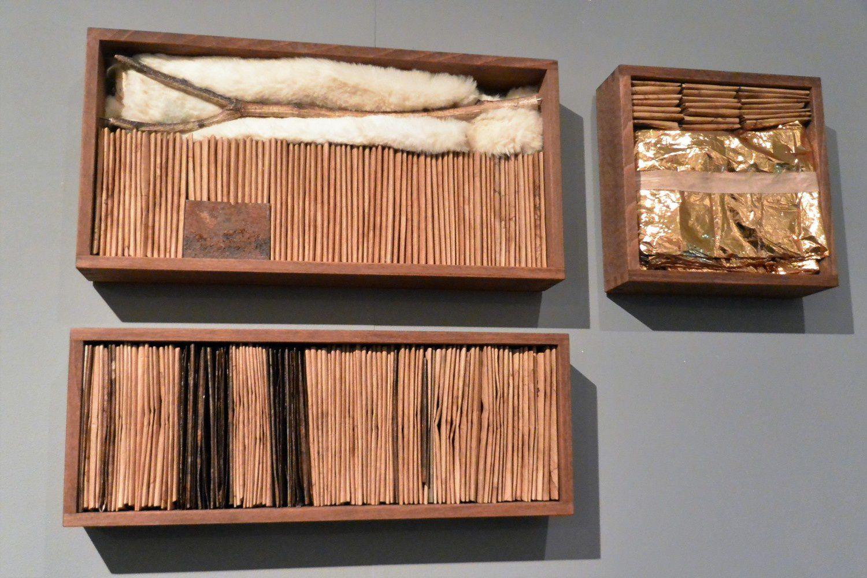 Boîtes de données. Métal, rouille, bois, peinture dorée, peau de lapin, papiers, couverture de survie.. matériaux bruts et essentiels.