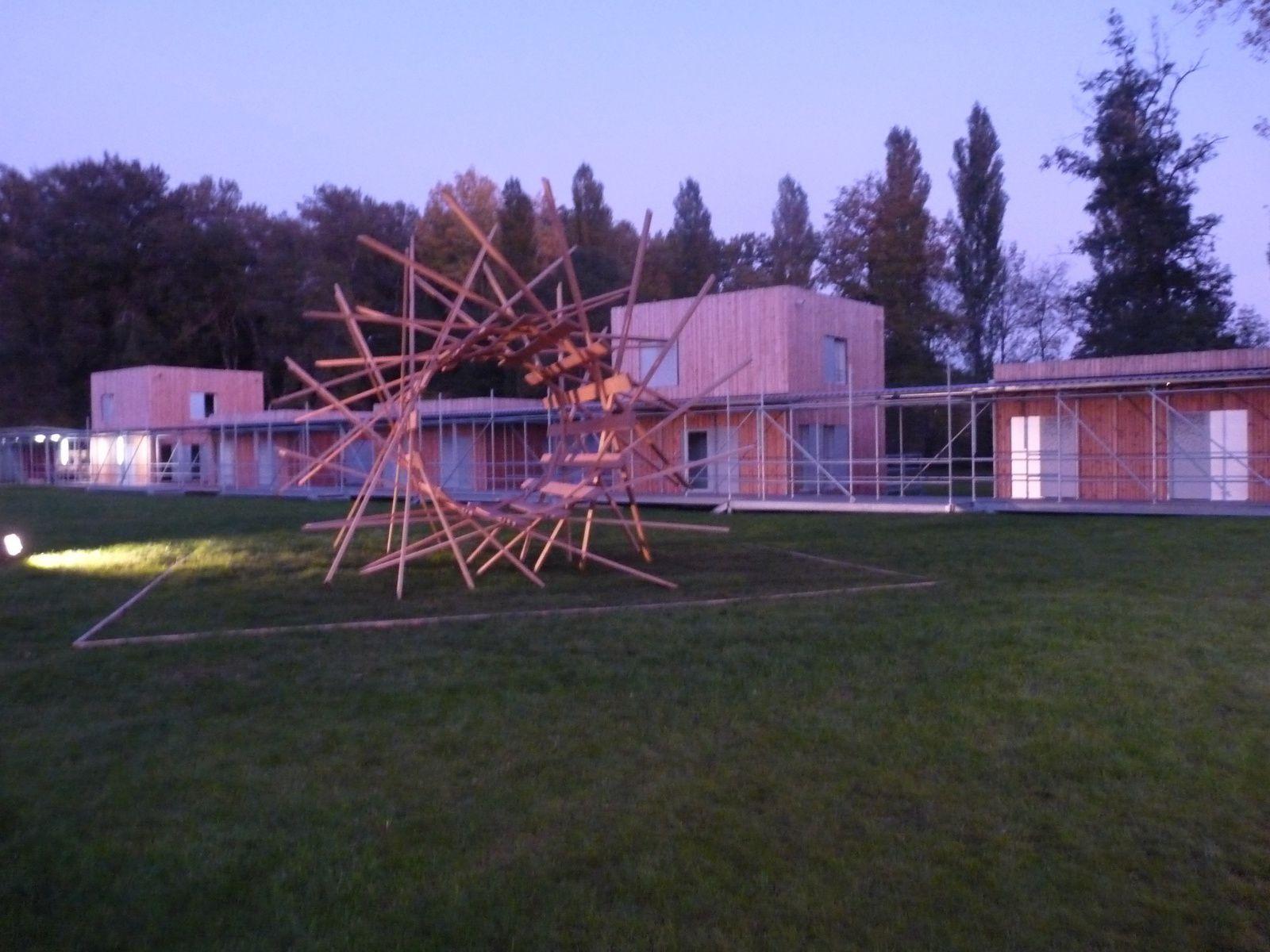 Un village tout en bois pour héberger les artistes&#x3B; Au premier plan une construction de Johann Le Guillerm