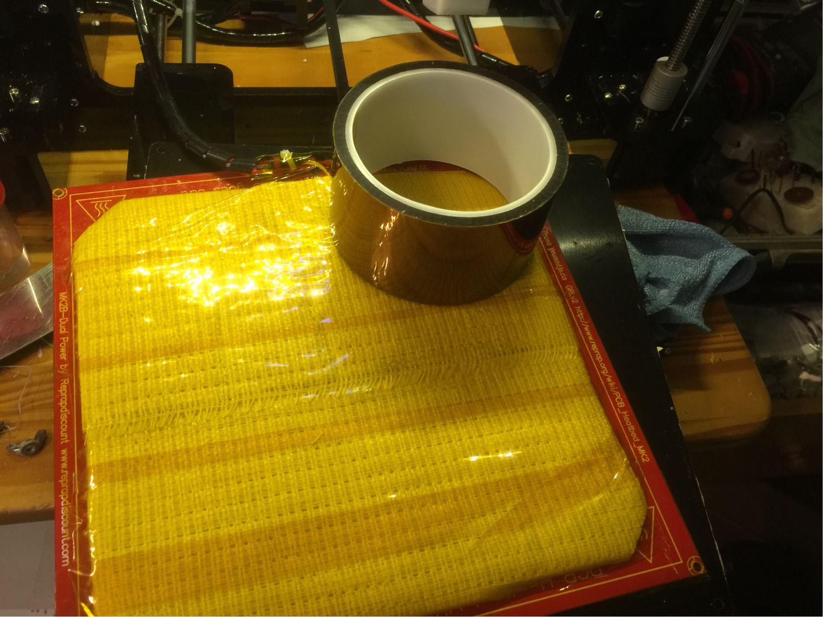 Couper aussi les 4 coins de l'isolant et fixer avec l'adhésif haute température sur le DESSOUS de la plaque (replié de 1cm de l'autre coté de la plaque chauffante)