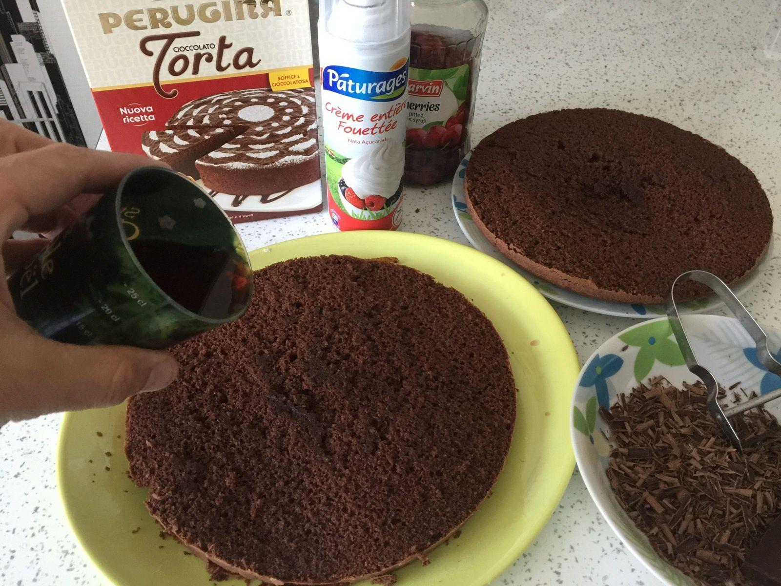 Imbiber les 2 parties du gateau avec 150ml du jus de cerise