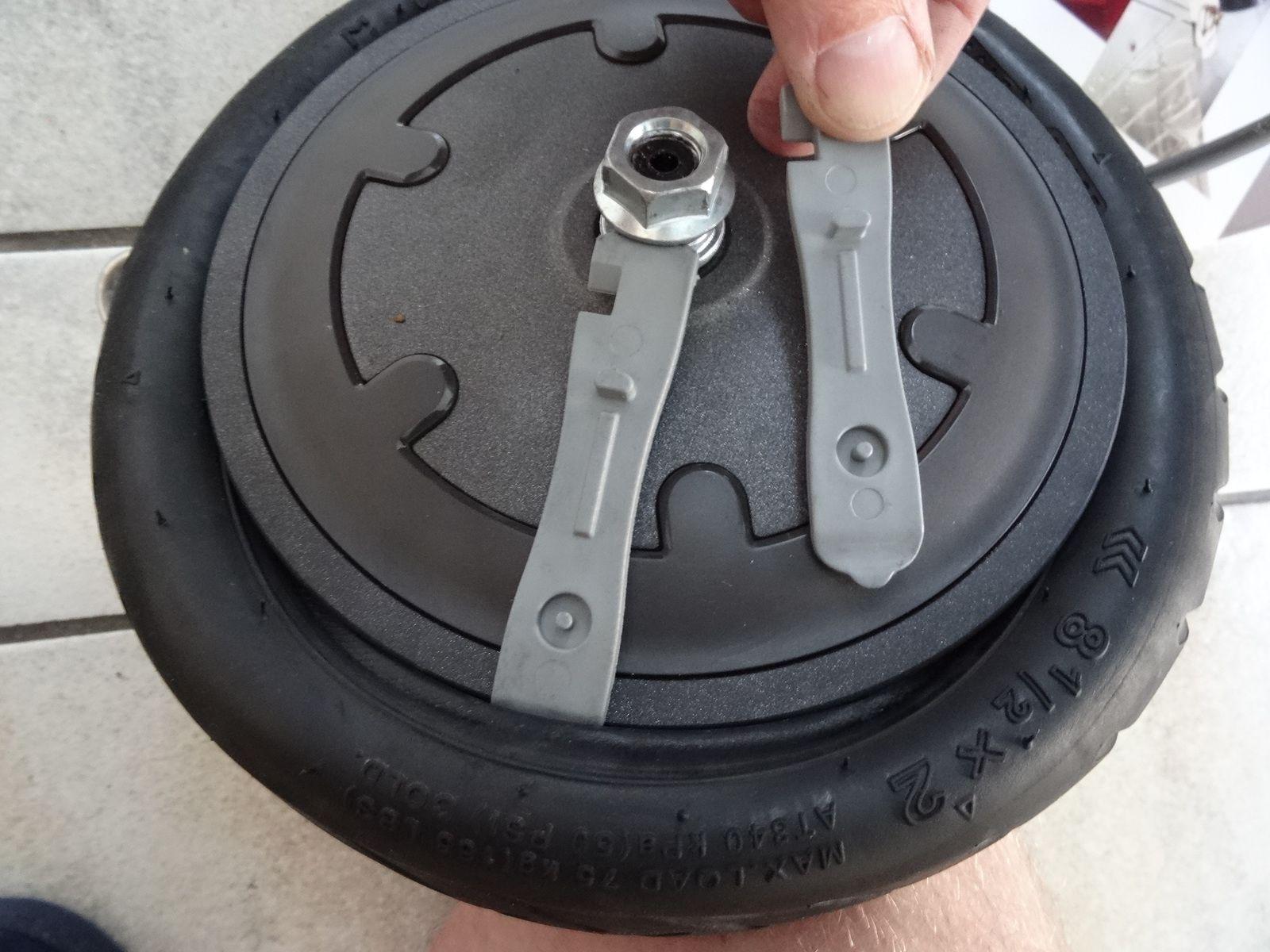 Déboîter le pneu avec les leviers : il faut des bons leviers et faire attention à ne pas endommager un peu plus la chambre à air : donc pas de gros tournevis &#x3B;)