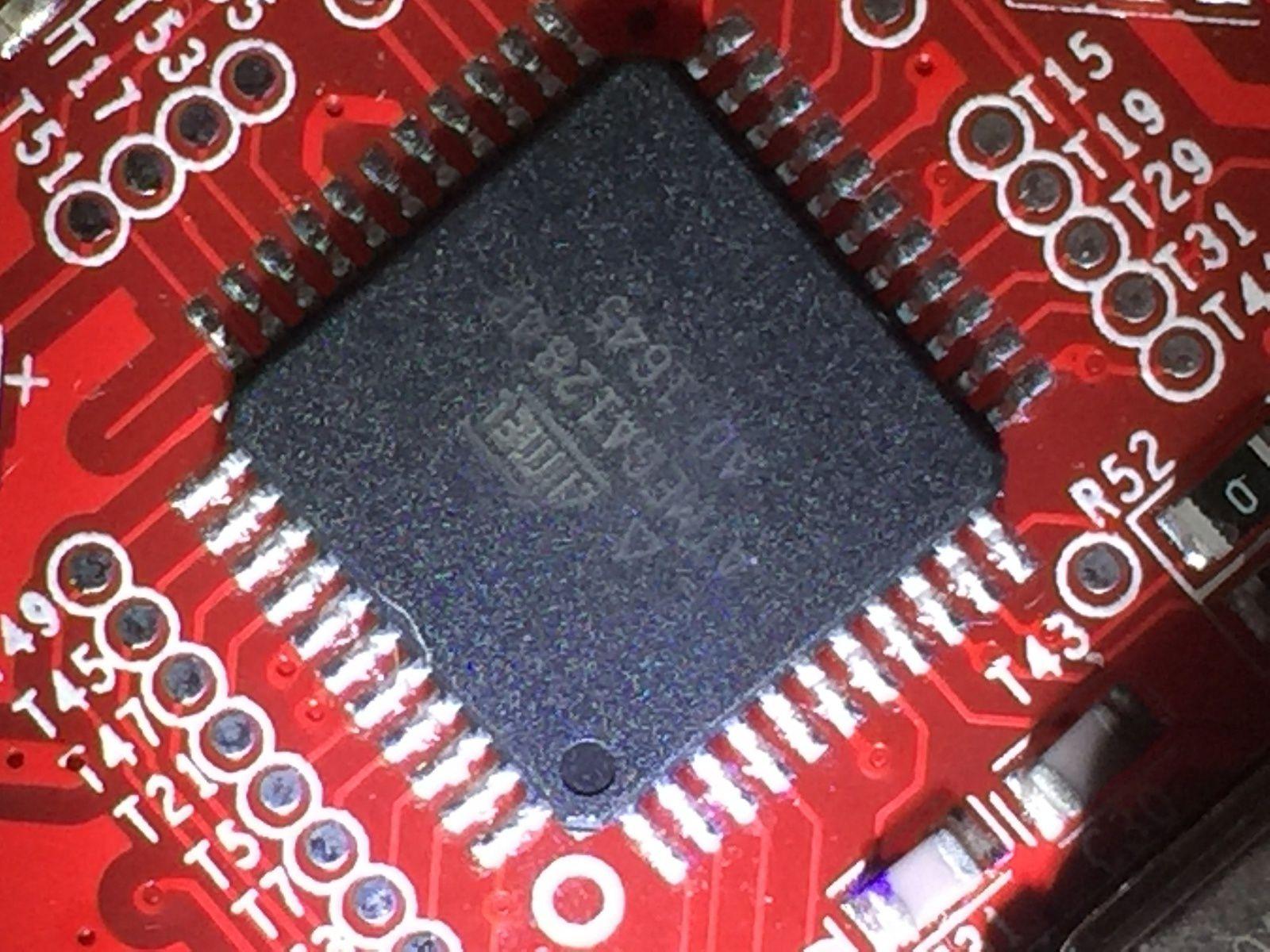 Ma carte est la version ANET V1.5 équipée du très classique microcontroleur ATMEL ATMEGA128 (j'ai débranché quelques nappes pour la photographie)