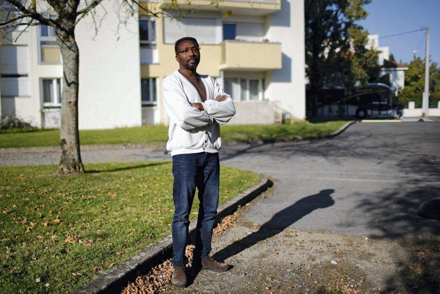 Amadou Ouedraogo, qui a perdu sept membres de sa famille dans le crash d'Air Algérie, refuse de changer d'affectation. La Poste s'acharne, le met à pied et menace de le licencier.