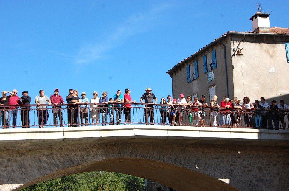 Heureusement dans l'après-midi, un peu de monde sur le pont pour assister à la manoeuvre des pompiers !