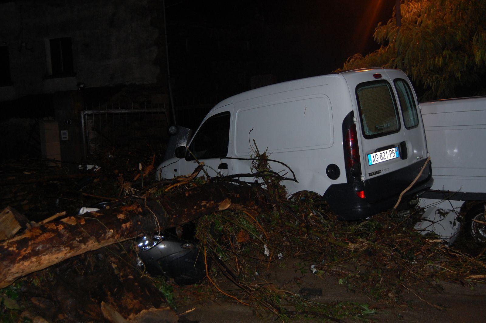 Quelques photos des nombreux véhicules endommagés.