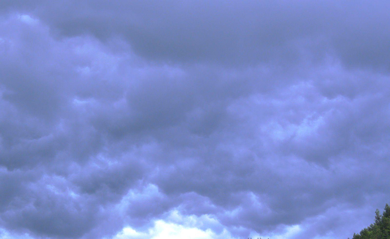 Aujourd'hui à Castanet-le-Haut, l'orage a grondé. Un vent violent s'est levé. L'orage est passé. Sans dégâts.