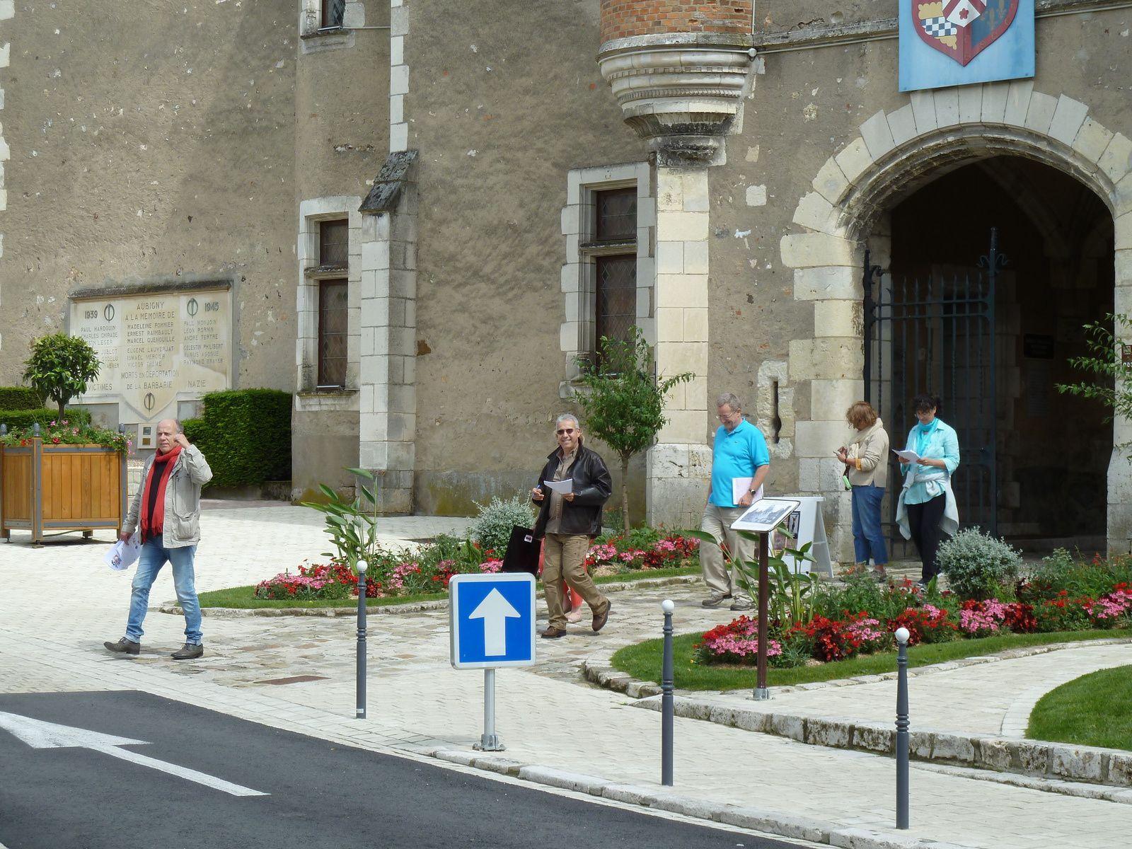 Les équipes sont lancées pour le rallye dans le charmant village d'Aubigny sur Nère