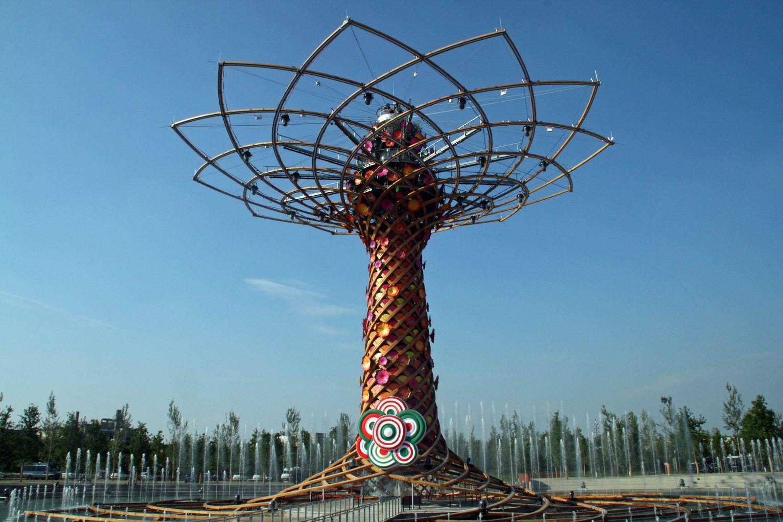 Symbole de l'Expo : l'Arbre de Vie, réalisé en bois et acier et haut de 37 mètres. Il est à revoir la nuit tombée quand il s'illumine pour un son et lumière magistral.
