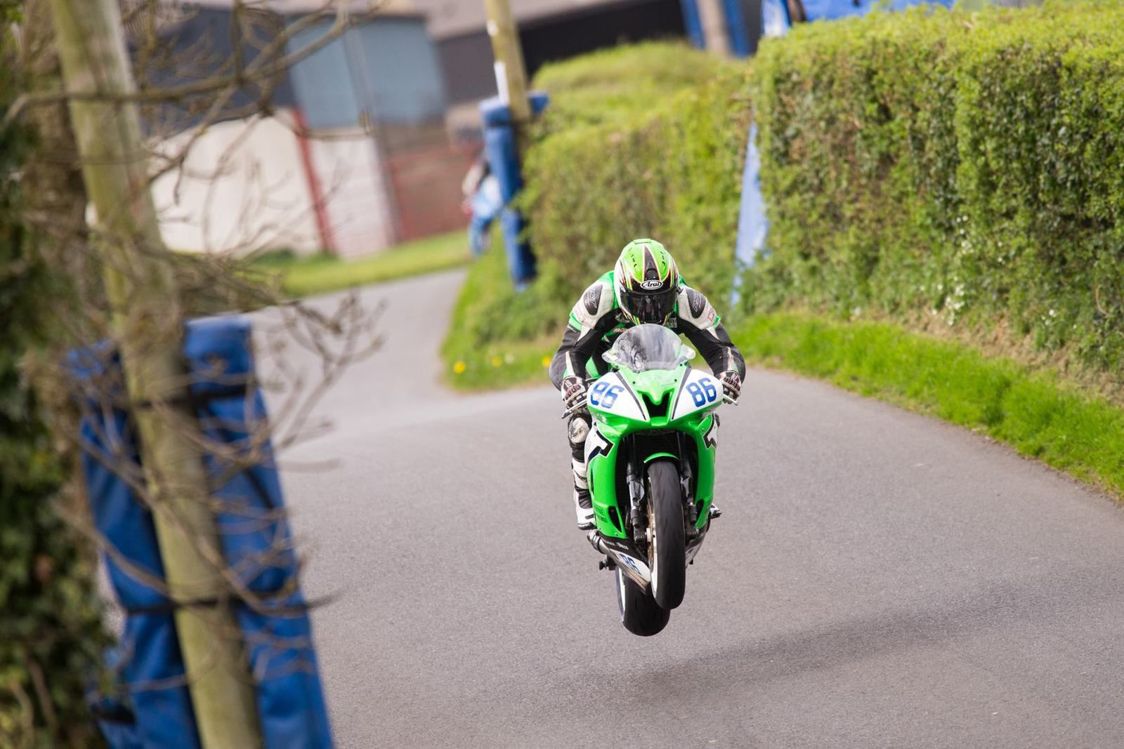 Derek McGee dans ses oeuvres ©Will Broadhead Photography