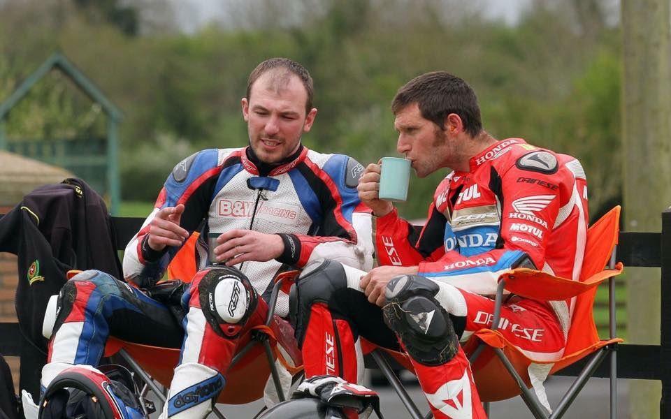 Chose que l'on ne risque ps de voir sur un circuit......deux pilotes qui s'accrochent ( dont une star) et qui prennent le thé ensemble en regardant les copains rouler.  ©unknow