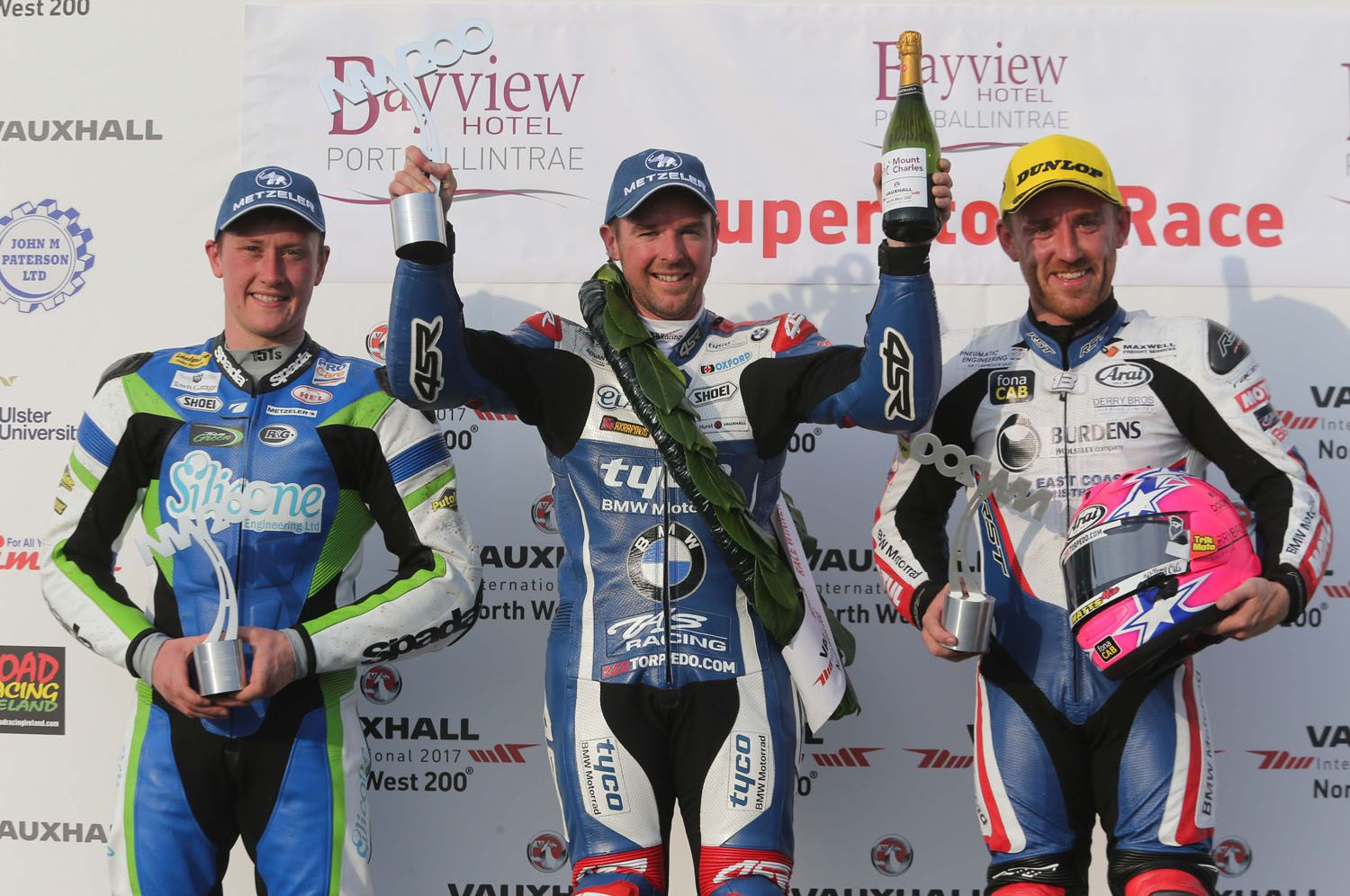 Alastair Seeley entouré de Dean Harrison (g) et Lee Johnston (d) pour le podium superstock ©Stepehn Davison