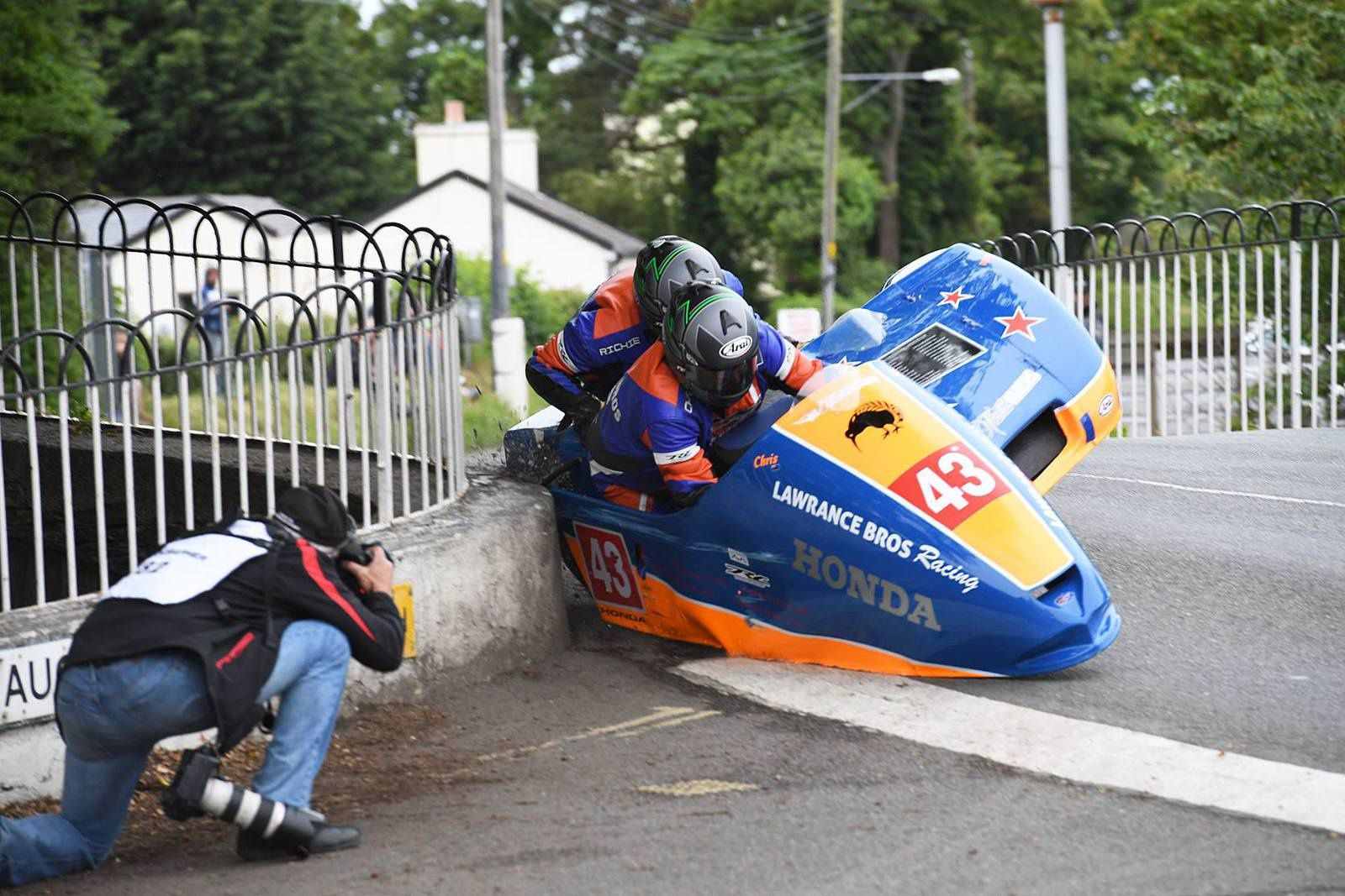 Richard Lawrance et Chris Lawrance en facheuse posture ©Isle of Man Race Photography