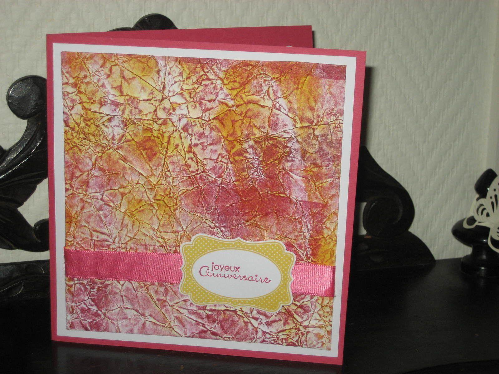 Fond de carte : feuille colorée en jaune en laissant des blancs puis froissée. Repassée puis colorée en rouge au rouleau.