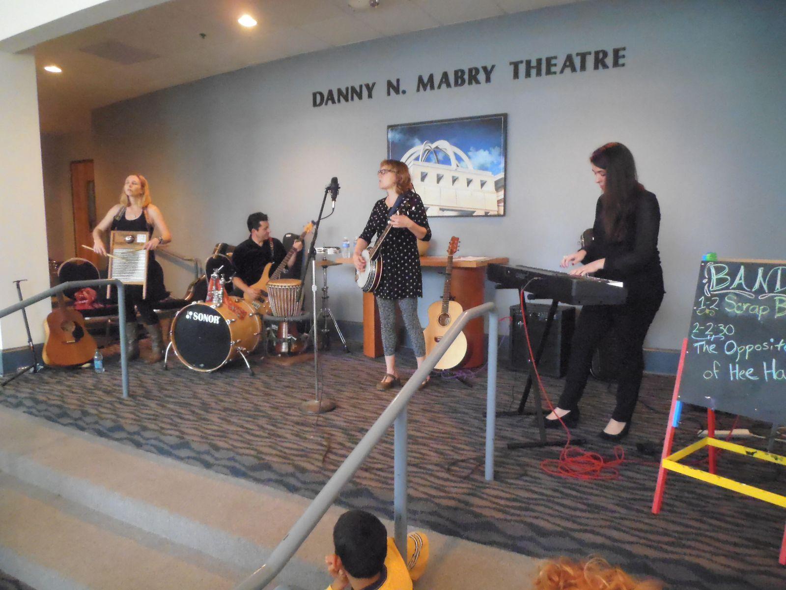 Les musiciens de Opposite of Hi Haw et de Scrapband apportaient leur concours.
