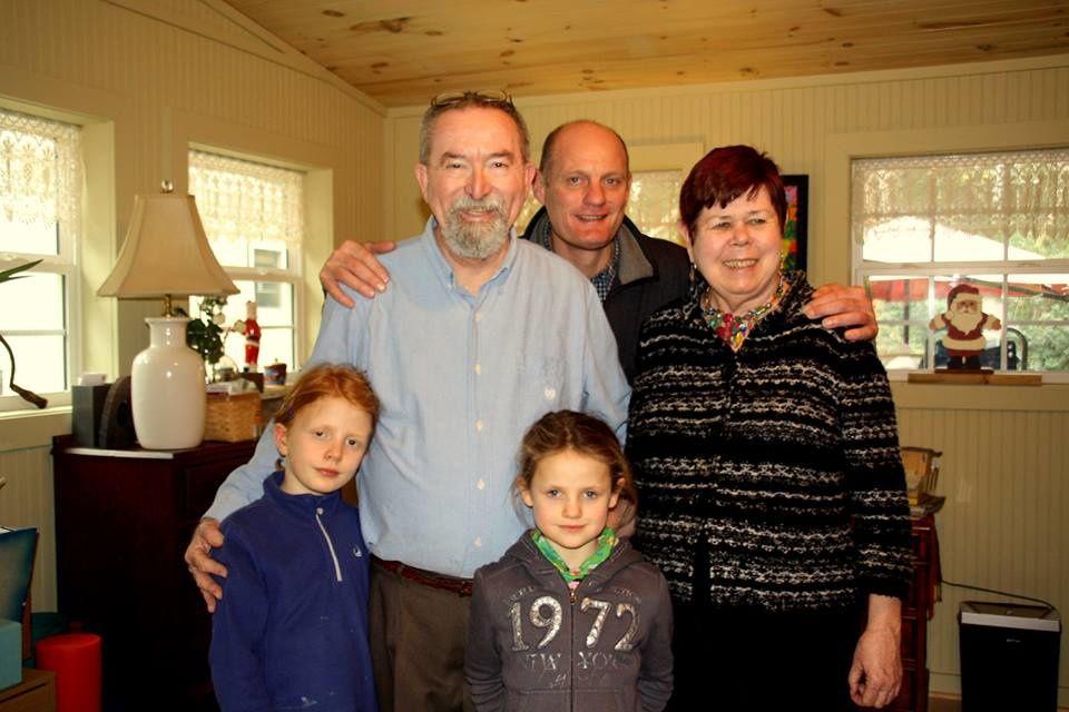 Retrouvaille avec les professeurs d'art : Jimmy et Peggy. C'est avec eux qu'Alain a fait les décors de plusieurs pièces de théâtre pendant son année...