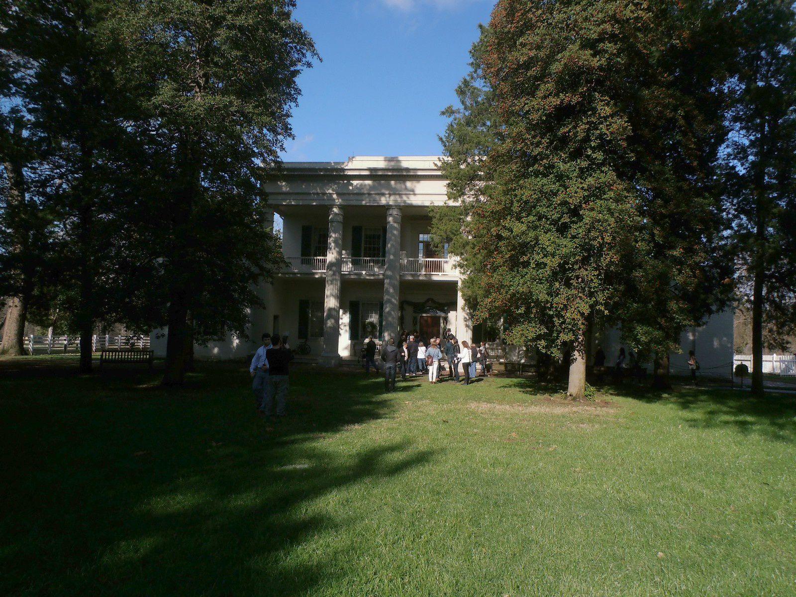 Même contraste lors de la visite de l'Hermitage, la plantation ayant appartenu au Général Jackson. D'un côté, la maison du maitre, de l'autre les cabanes en bois pour les esclaves. Devenu président, c'est ce brave homme qui a autorisé la déportation des indiens dans l'ouest : rien de ce qui était humain ne lui était étranger !
