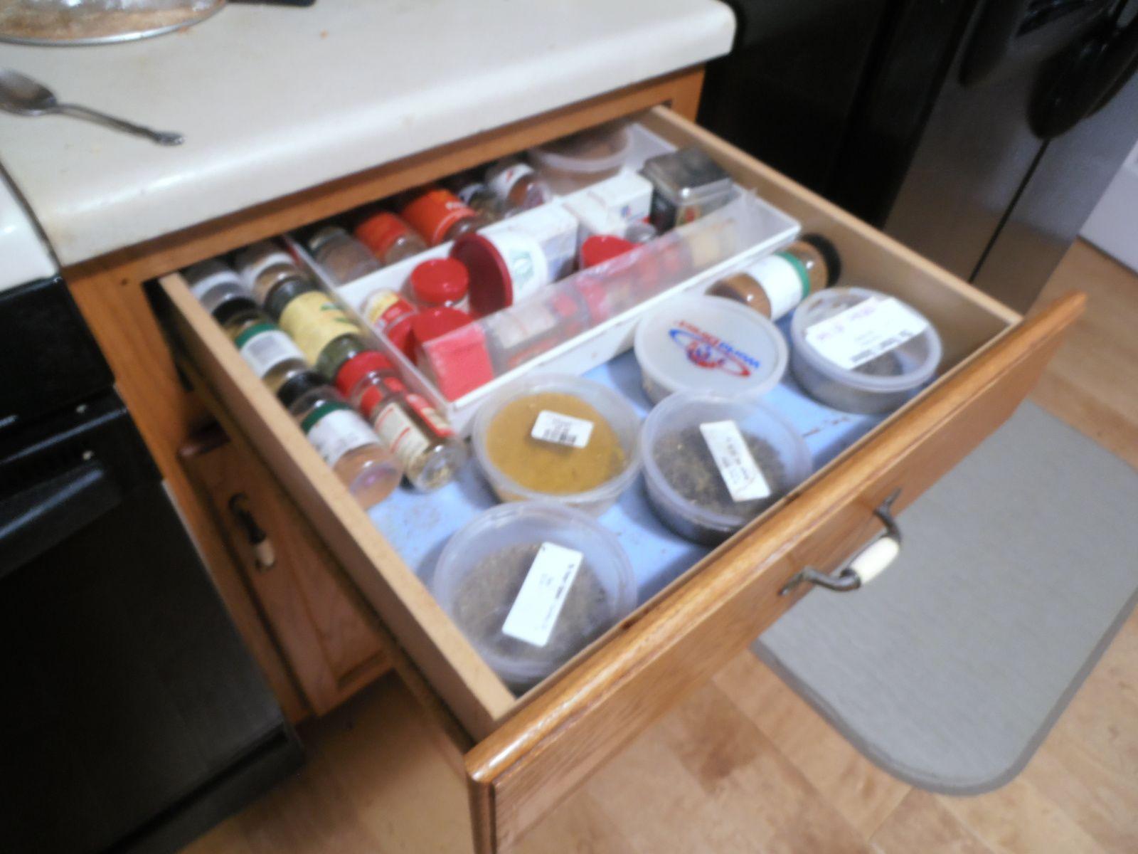 Sous chaque plan de travail, on trouve un tiroir. Coutellerie, accessoires de cuisine, épices y ont leur place...
