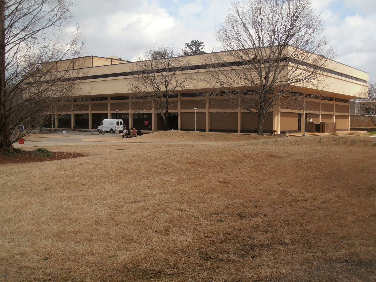 Les bâtiments d'enseignement sont un peu austères à l'extérieur mais très bien équipés à l'intérieur.