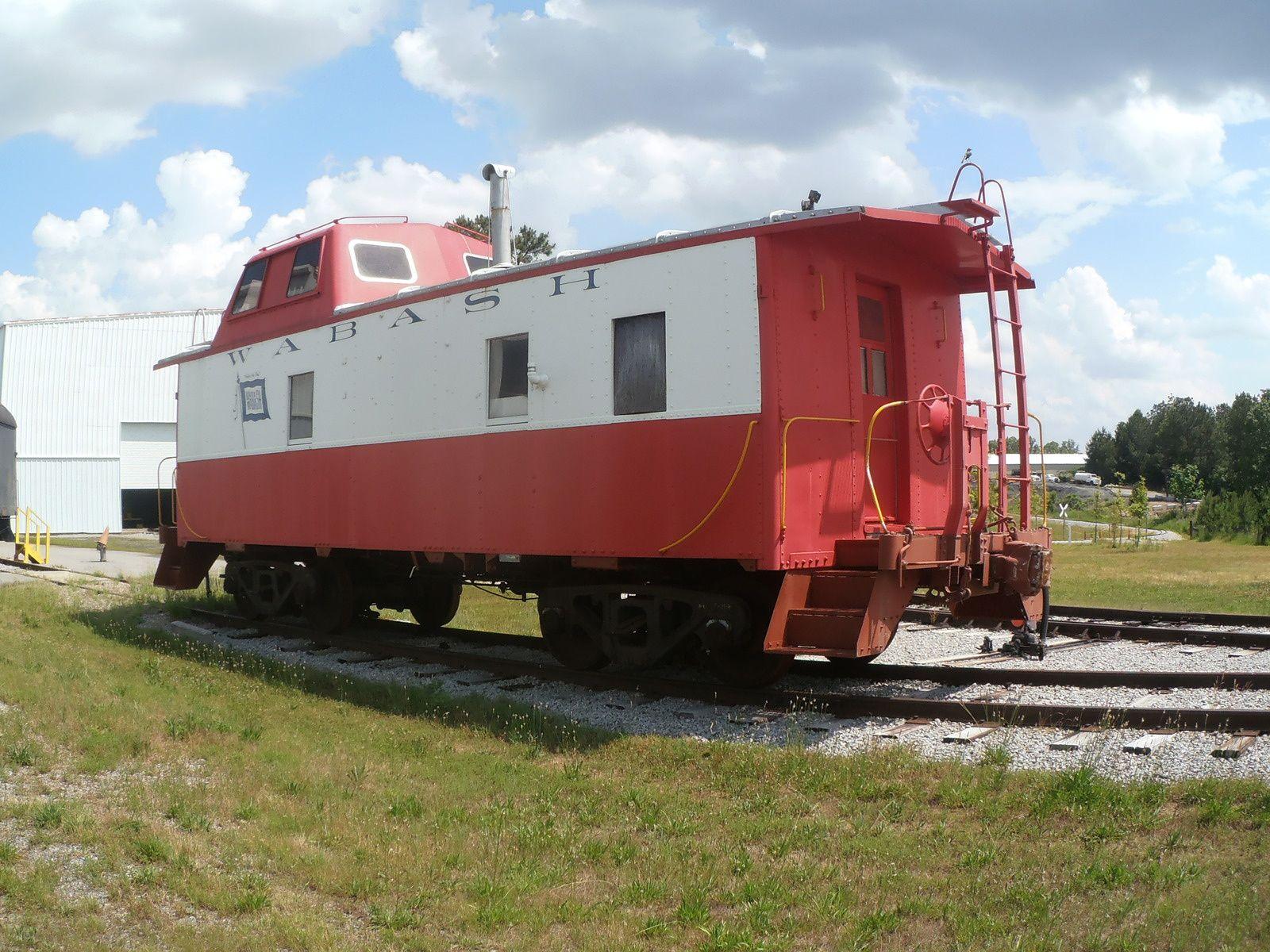 """Terminons, par la fin avec la spécialité américaine du """"caboose"""". Ce wagon, situé en fin de train, était aménagé pour l'équipe d'un train de marchandises qui s'y reposait, cuisinait et observait la voie et le train grâce à la partie surélevée."""