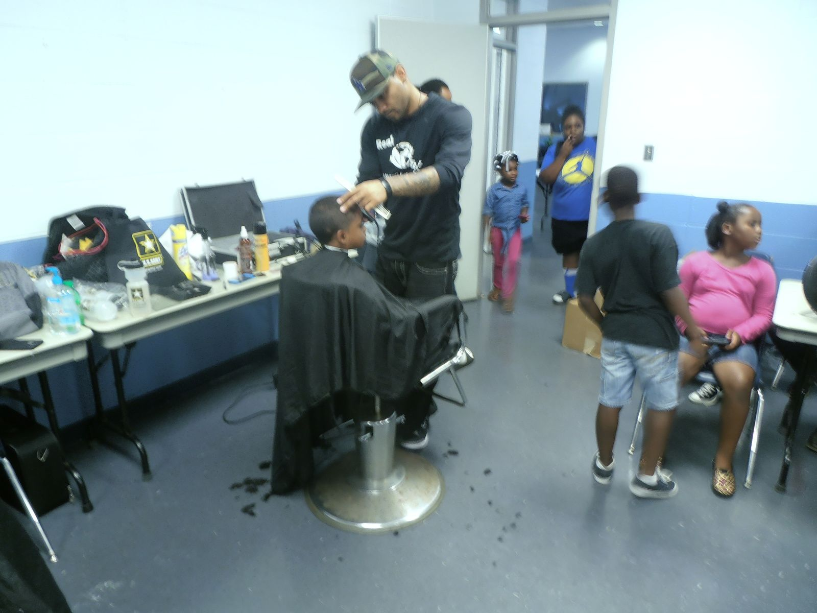 Des coiffeurs ont offert une coupe de cheveux et reversé le montant à la famille pour lui venir en aide. Beau geste de solidarité qui ne remplacera jamais ce pauvre garçon.