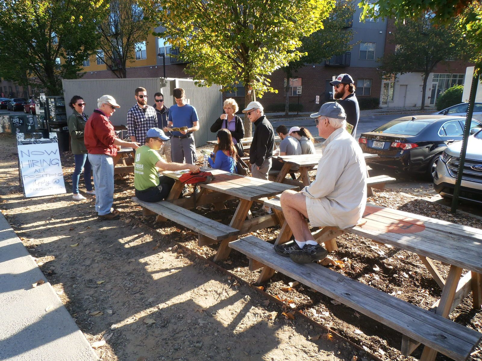 """Bob (tee-shirt vert) accueille les participants à la promenade : nous serons 20 à suivre ses explications tout au long du parcours. Il a déjà acquis une grande expérience de ce genre d'activité au sein de l'association """"Trees Atlanta"""". Certains visiteurs viennent sur leur temps de travail, petit cadeau de leur entreprise…"""