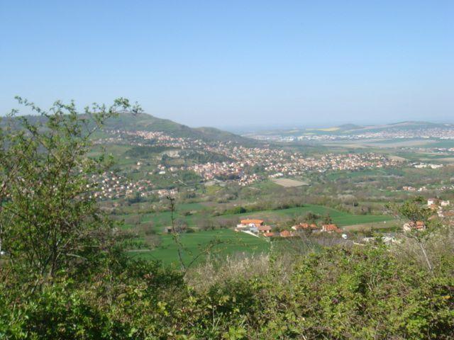 Retour sur Le Crest, avec sur la photo 2 le plateau de Gergovie et au pied  la Roche Blanche.
