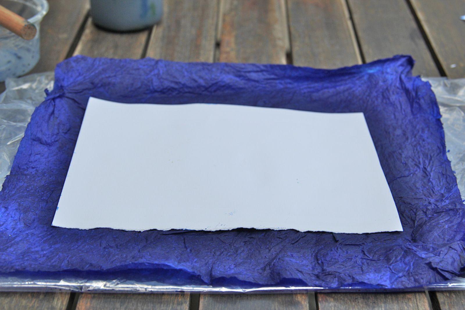 Vous pouvez aussi faire le contraire : poser l'essuie-tout imbibé d'encre sur la feuille mais c'est plus délicat à réaliser