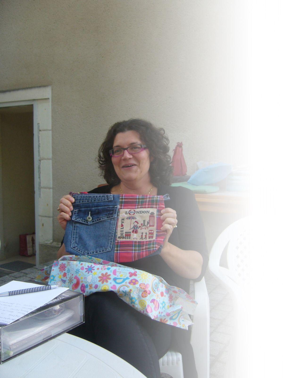 """Il s'agit d'un superbe pochette en jean et tissu écossais réalisée par Delphine. sans oublier la très jolie broderie """"London"""""""