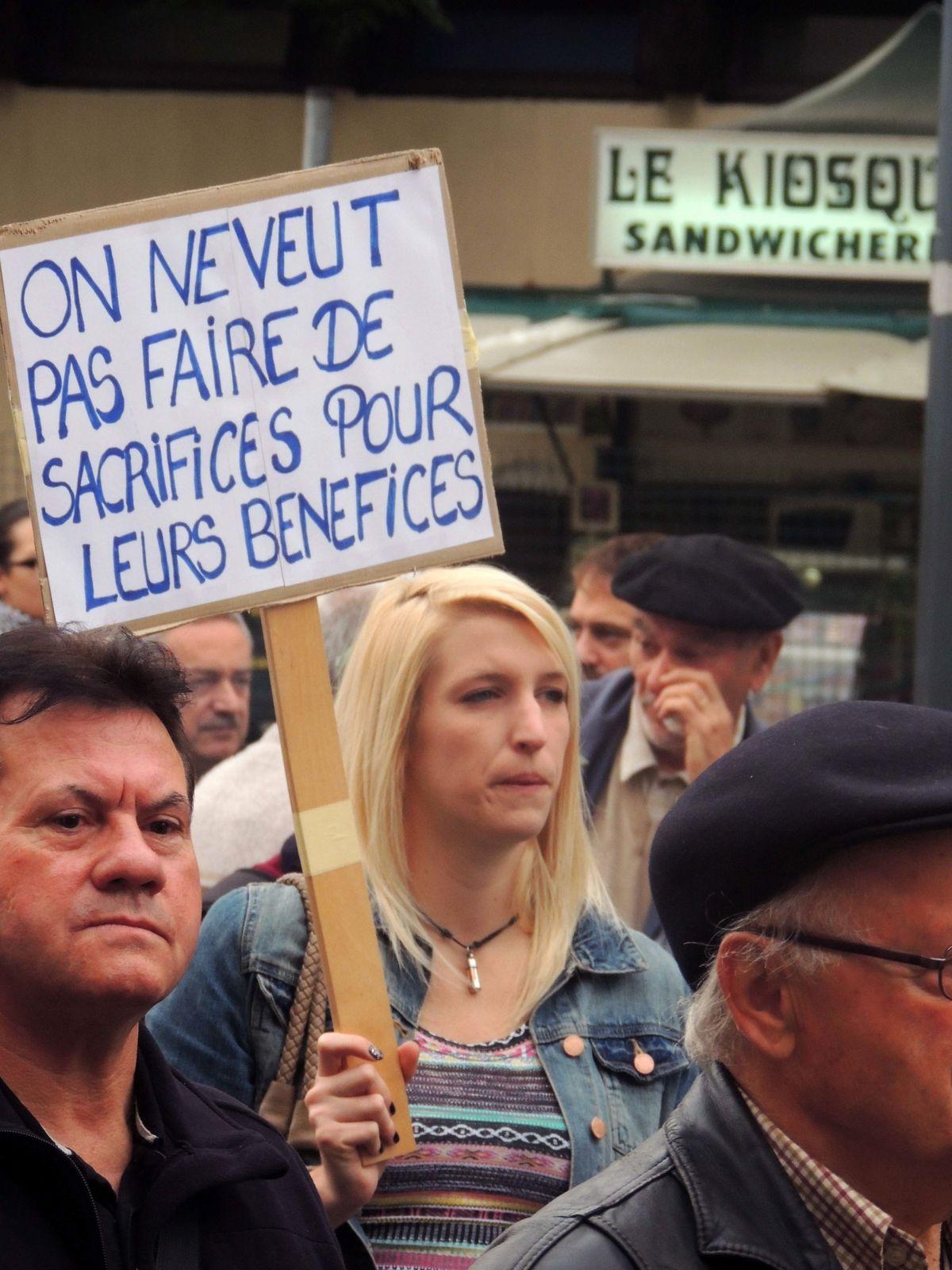 une manifestante à Béziers, et un slogan très clair !