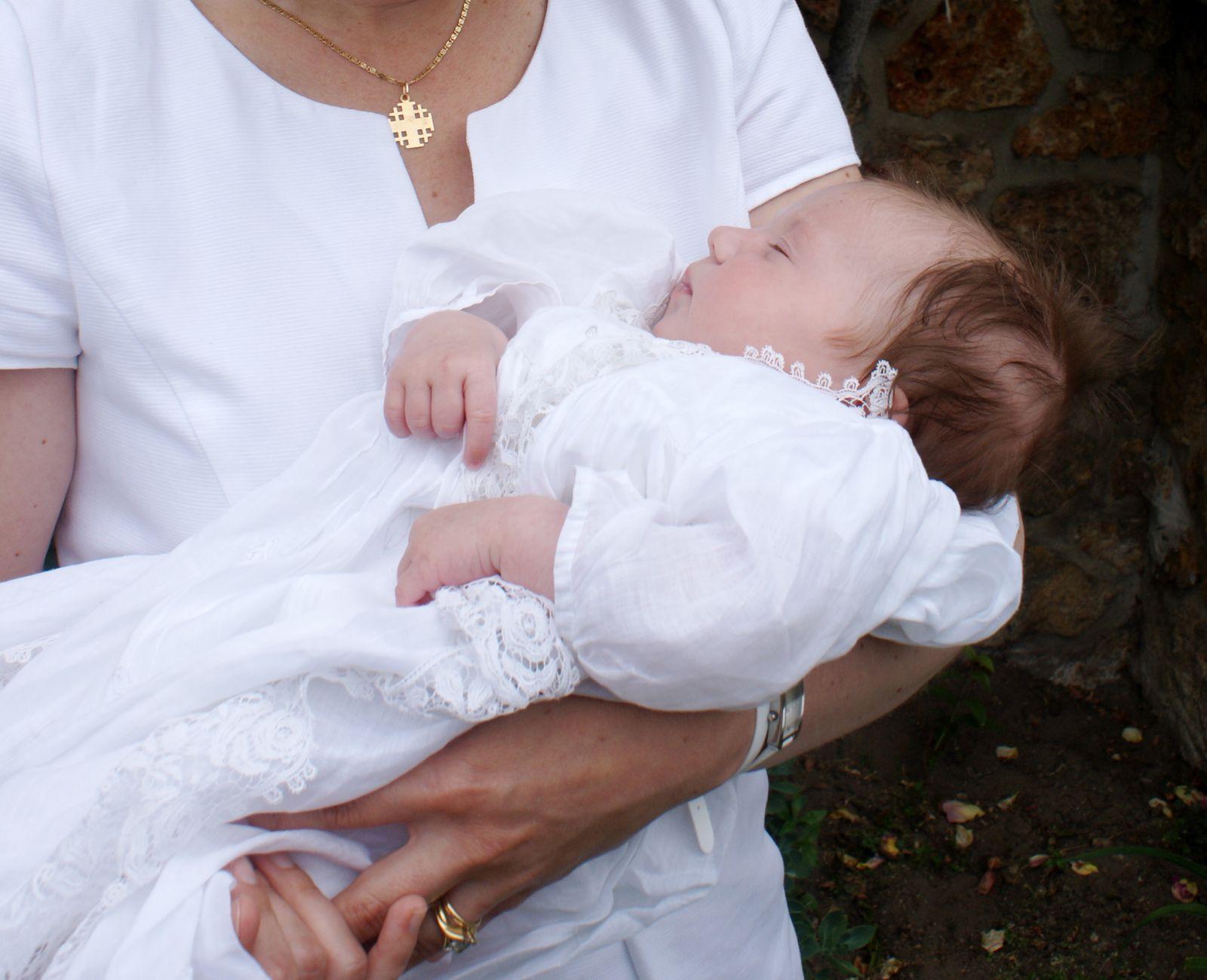 la robe de baptême de ma grand-mère, retaillée pour le baptême de mon père, qui a été jusqu'à La Réunion l'an dernier... Avec la jolie dentelle belge en plus !