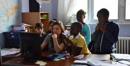 Une intervenante avec les enfants du Cada de Melun - ©France terre d'asile