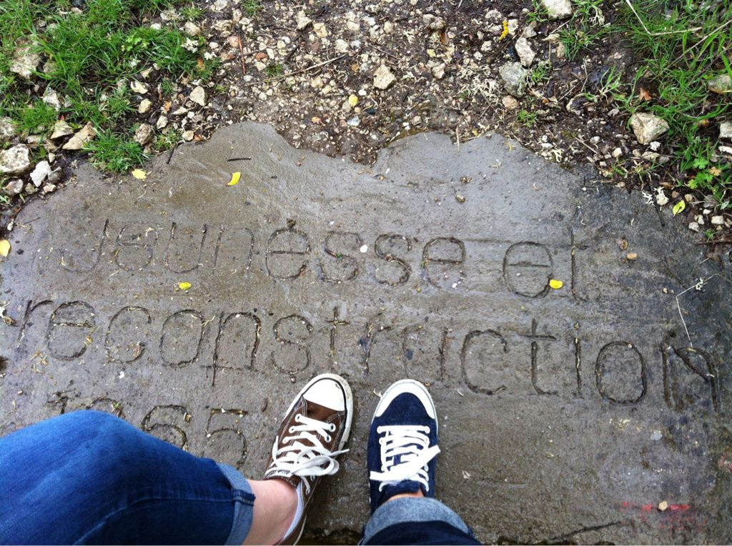 sur le chemin, des inscriptions mysterieuses