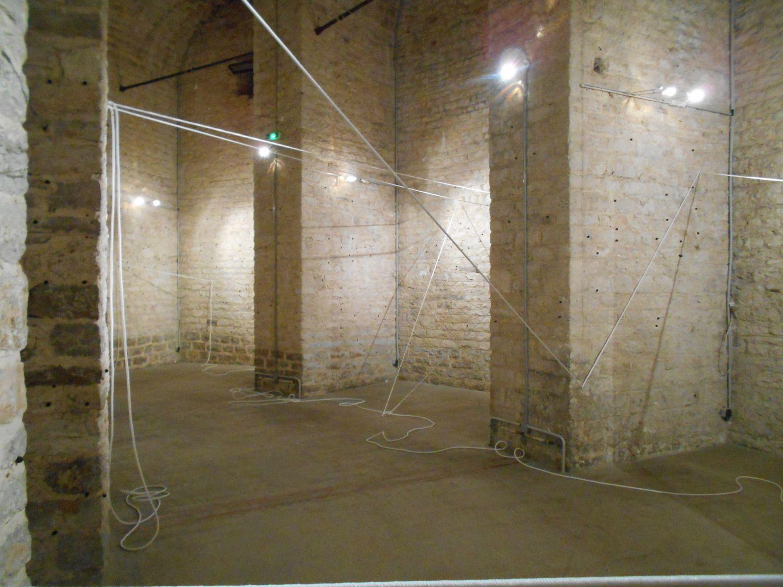 Tracés et trajets, une installation in situ de Robert Christien : un geste minimal qui révèle l'architecture