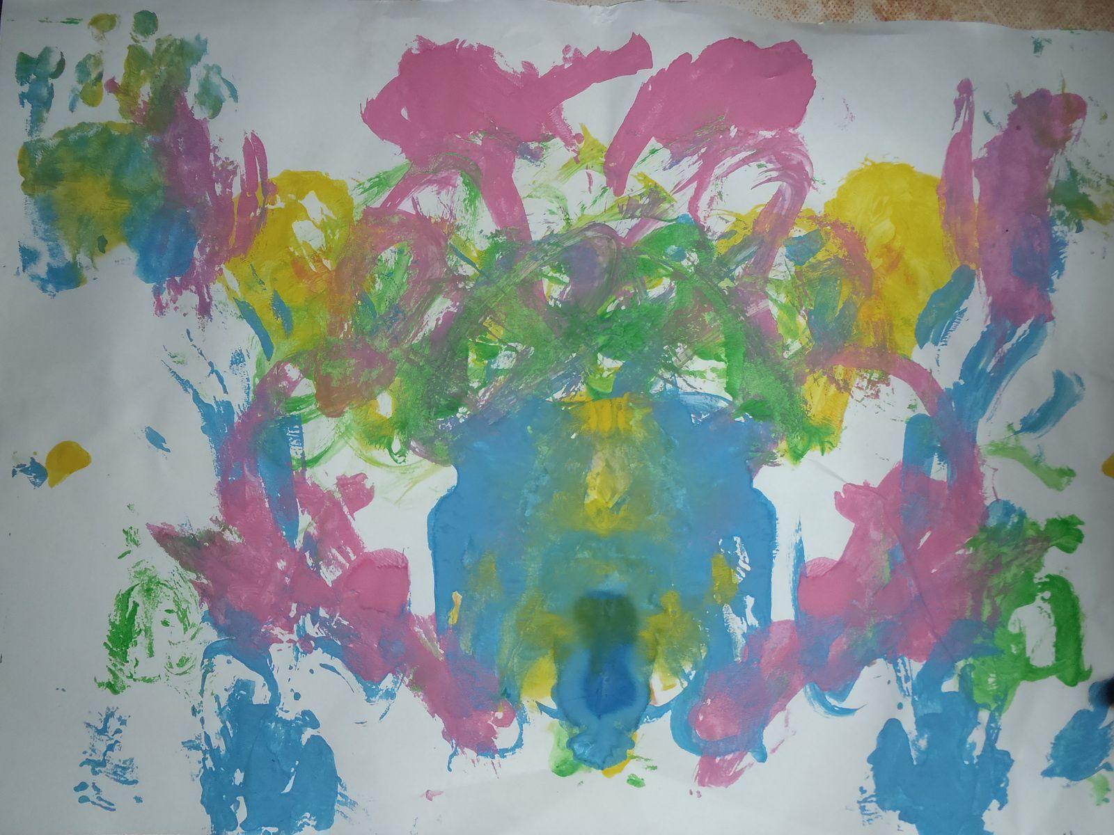 Pour N. plutôt au pinceau mais les mains finissent les oeuvres d'art ! Petit aide de nounou pour faire les rayons du soleil