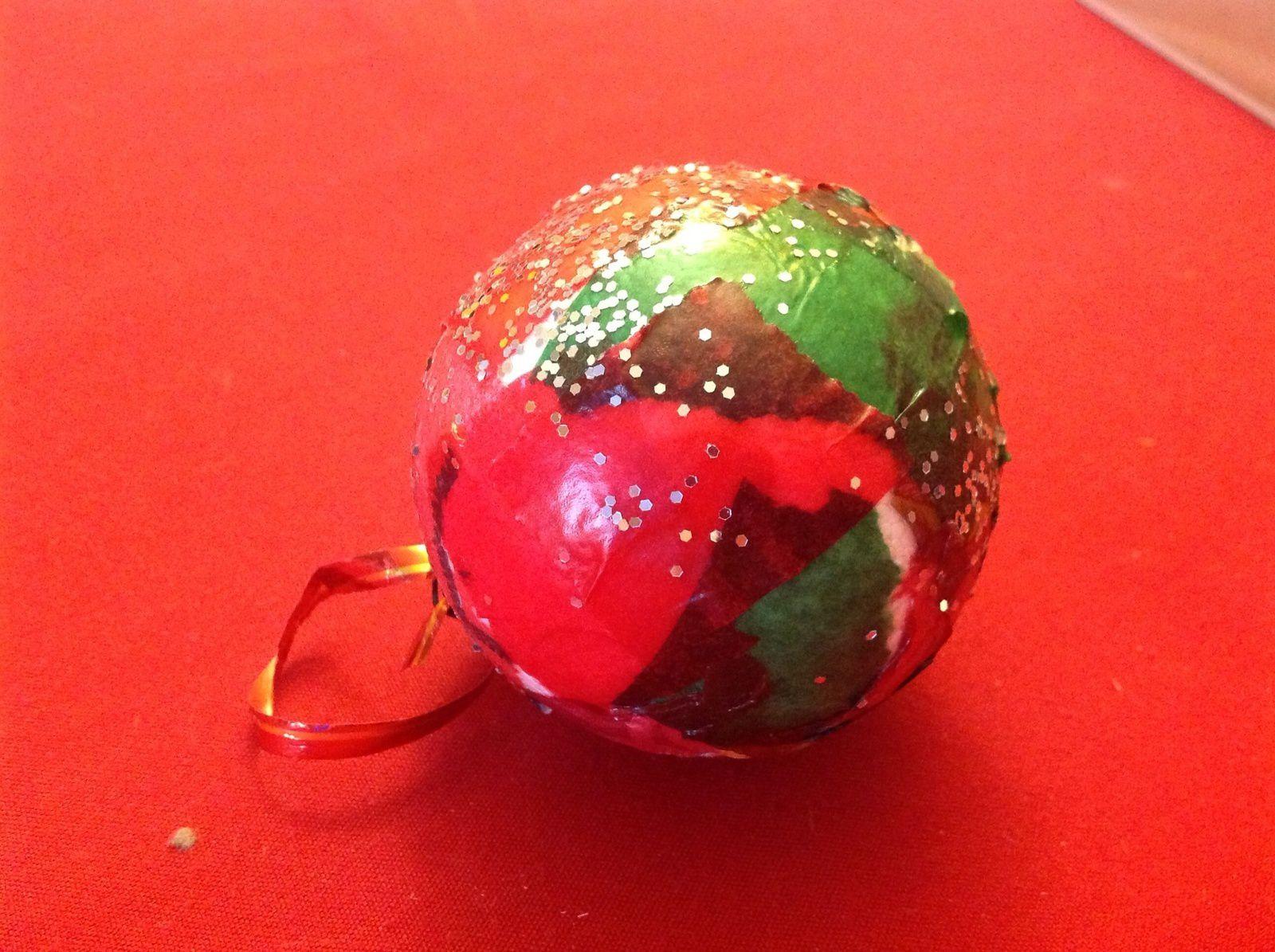 Bricolage enfants de noël : décoration de boules en collage