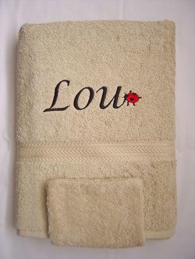 serviette de toilette brodee avec un prenom et un petit motif