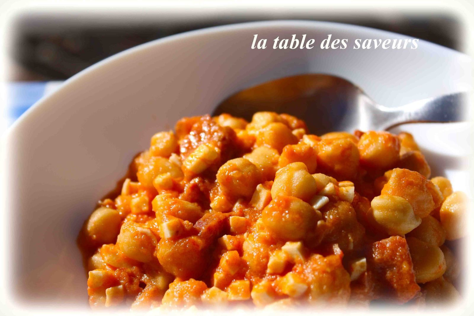 Pois chiches aux oeufs durs, chorizo et sauce tomate