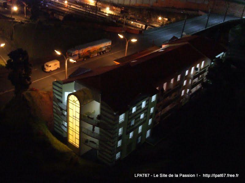 La nuit est tombée sur Ste Madeleine, mais les gens profitent de leurs soirées...