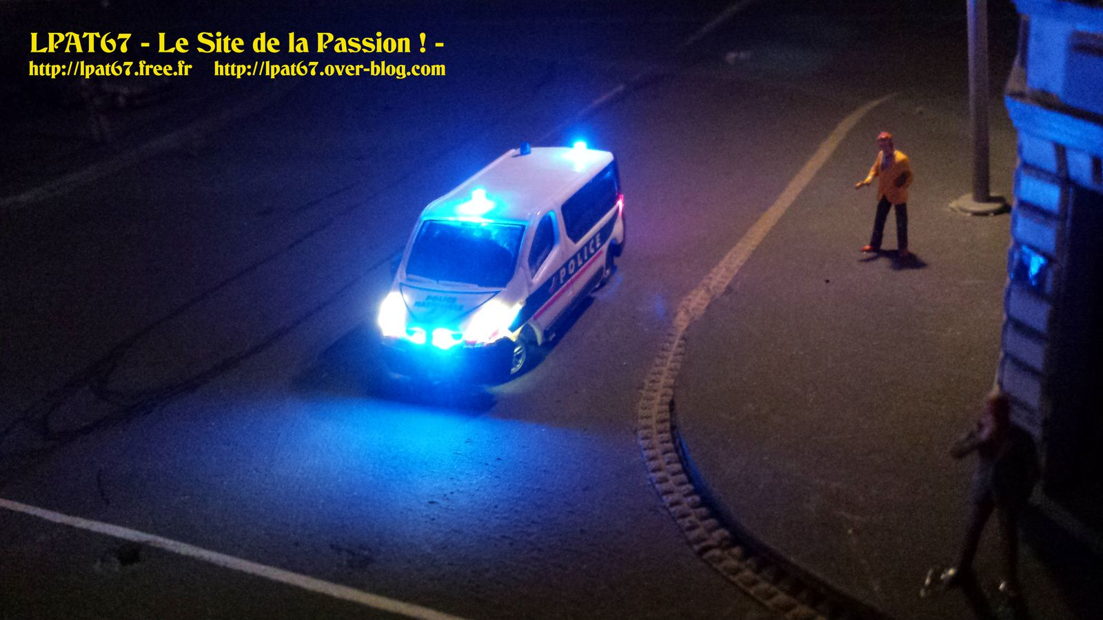 Renault Trafic Police : 18 Leds cms, 1 accu 150mA/H, DC-05SI
