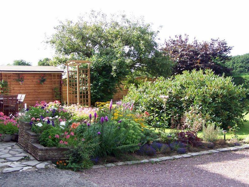 Le massif devant la maison est en pleine floraison.