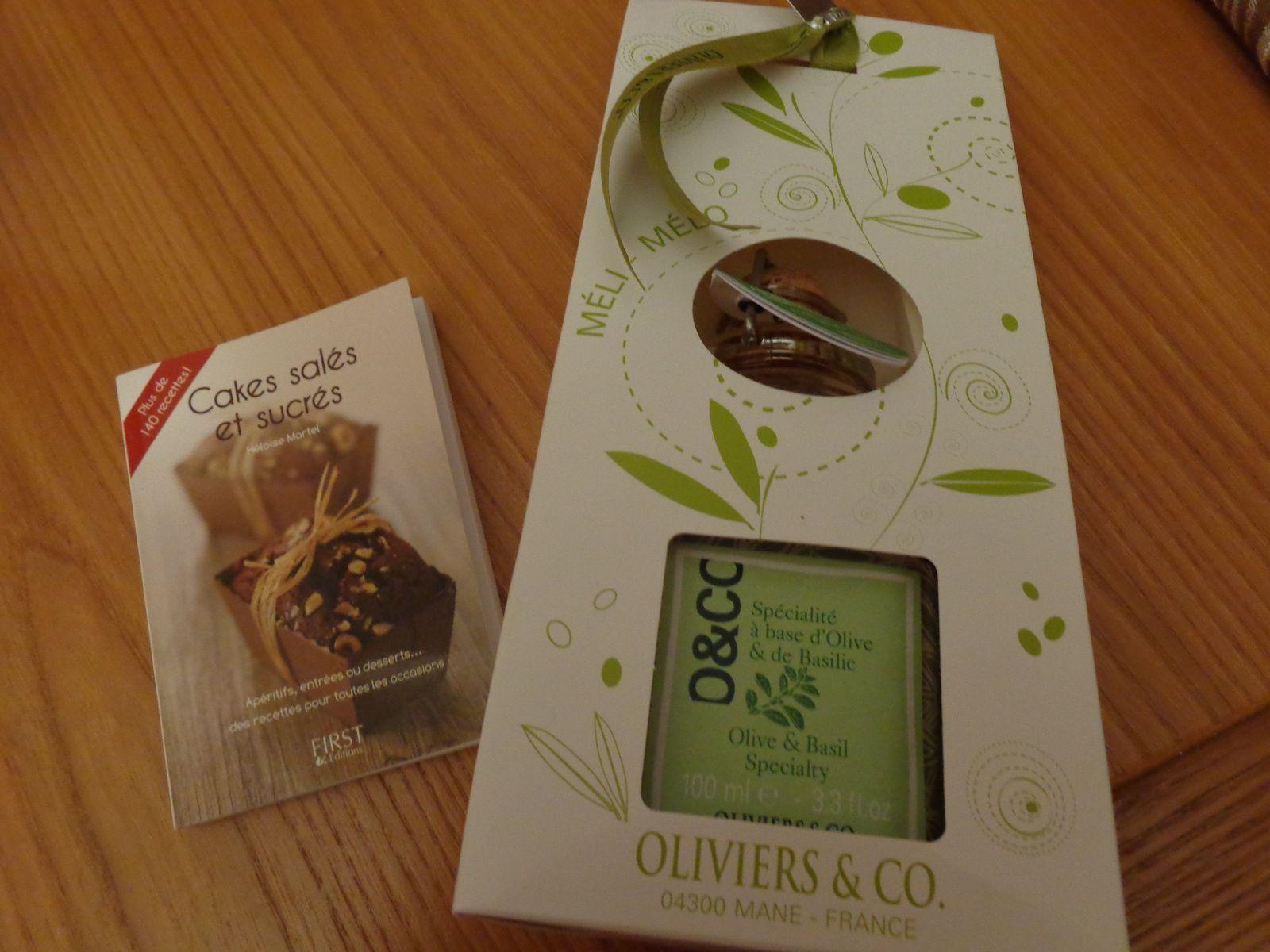 un joli sac en lin confectionné par Astrid , de l'huile d'olives et un petit livre de recettes  de Nicole