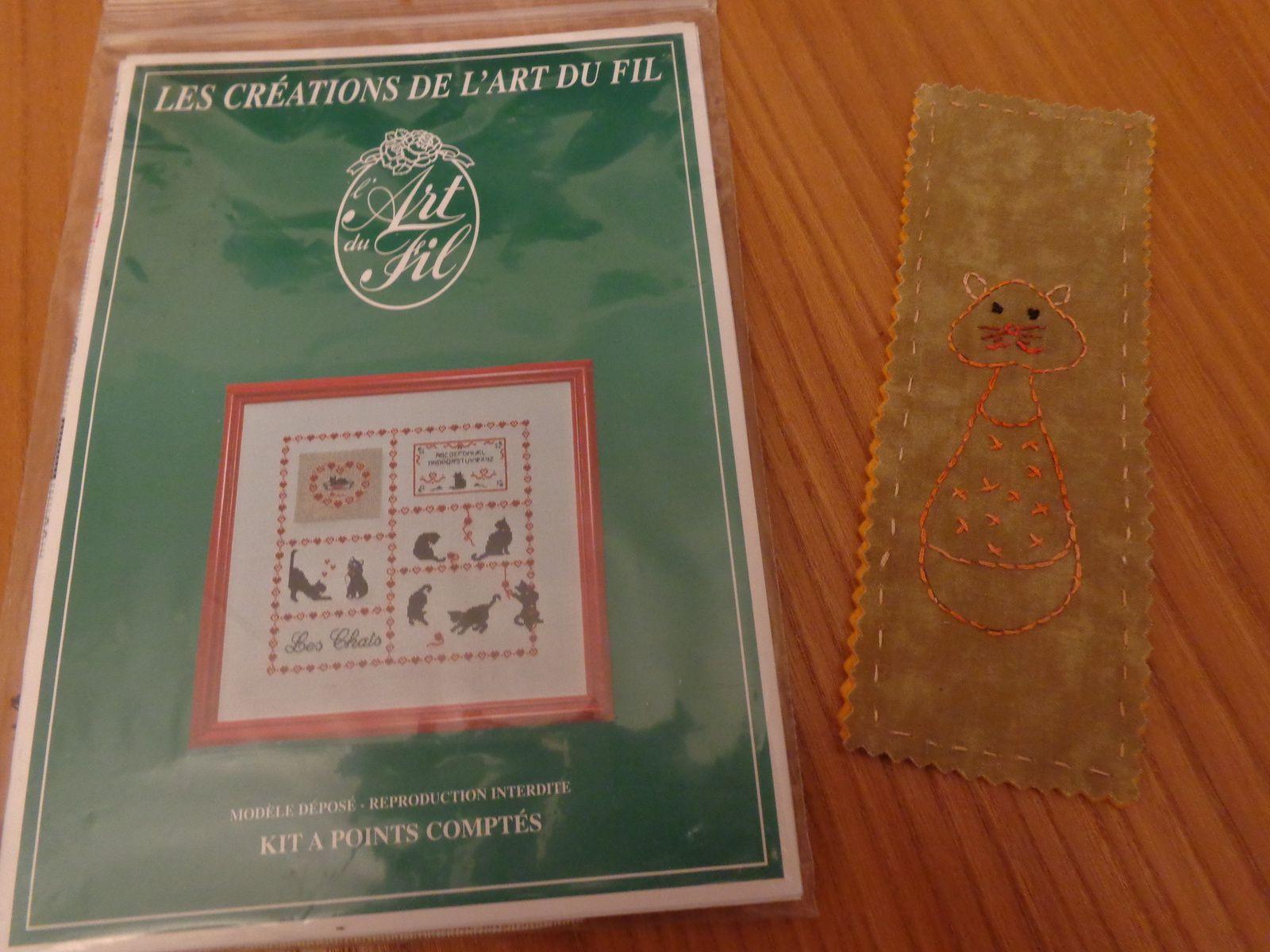 un mug et un coupon de tissu assorti de M-Paule, un kit de broderie chats d'Anne et un marque page brodé de Vanessa