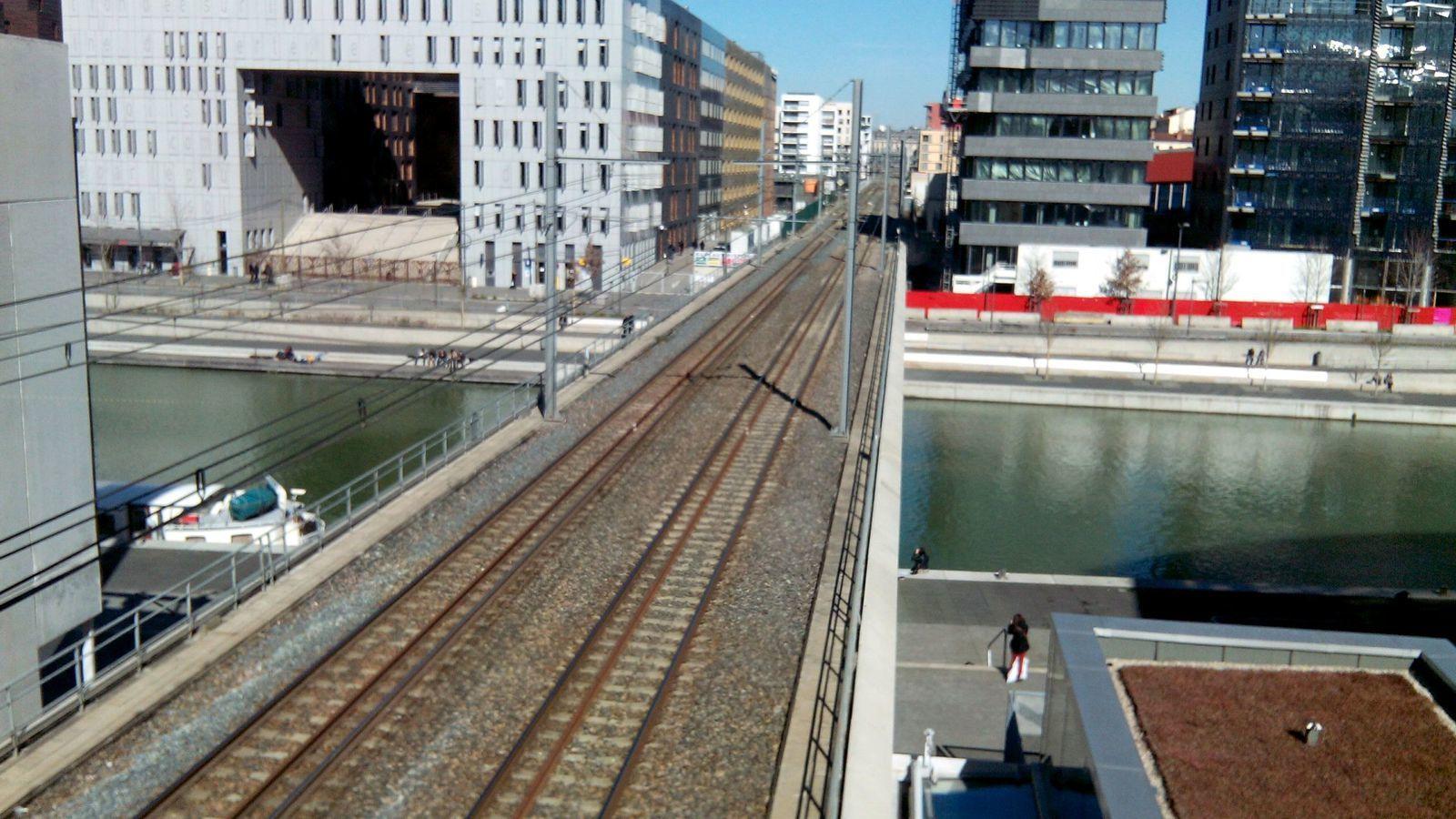 la voie ferrée qui passe entre les immeubles !!