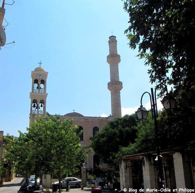 Église orthodoxe Saint Nicolas (Agios Nikolaos) à La Canée avec un clocher d'un côté et un minaret de l'autre. Elle fut une église catholique à l'époque vénitienne et transformée en mosquée sous la domination ottomane en 1645. Elle redevint une église en 1918 tout en conservant son minaret ...