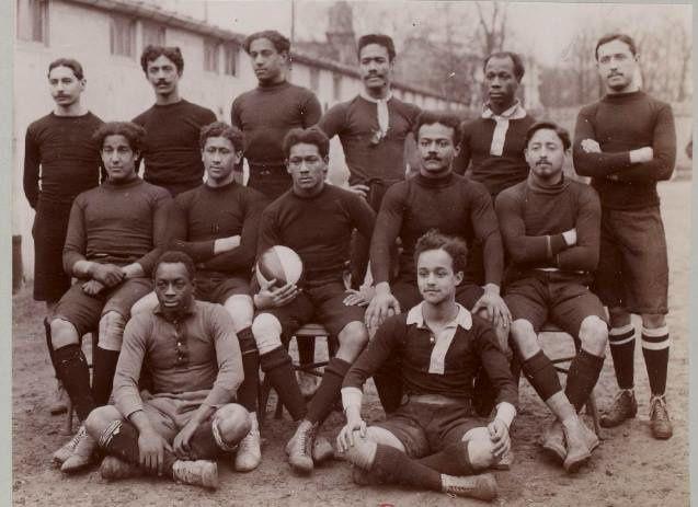 Le capitaine guyanais Georges Jérôme a le ballon ovale dans sa main.